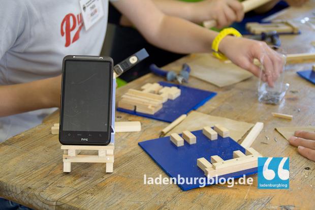 Handwerkliches Geschick bewiesen die Mädchen beim Bau eines Handyhalters für den Schreibtisch.