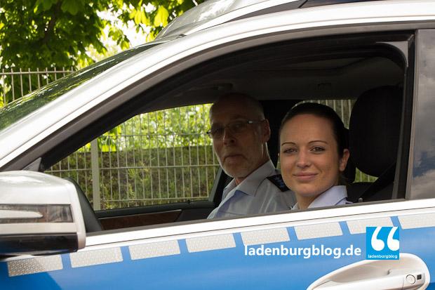 Herr Graf (links) und Frau Daum verstehen sich gut, scherzen mit- und übereinander.