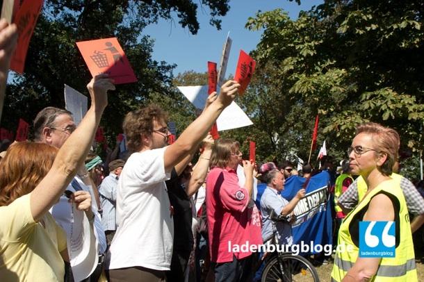 """""""Nazis raus"""", rote Karten, mächtiger Lärm. Rund 300 Gegendemonstranten ließen neun Neonazis keine Chance."""