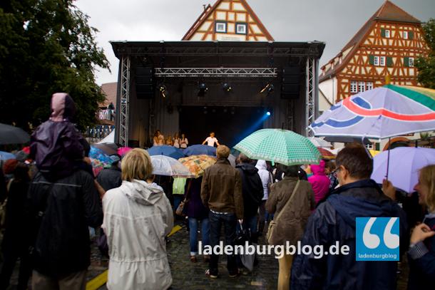 Auch im Regen sind noch eine Menge Menschen auf dem Marktplatz anzufinden.