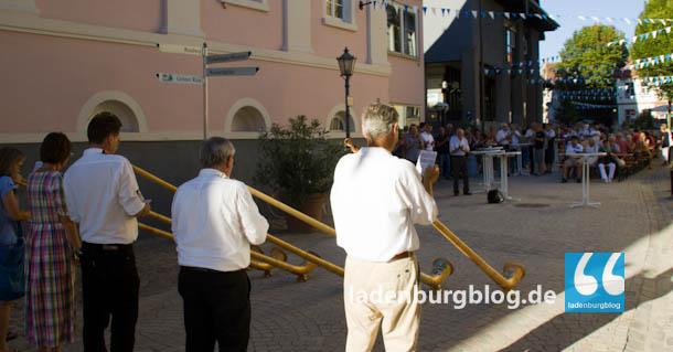 Die Kurpfälzer Alphornbläser waren spontan zum Baustellenabschlussfest gekommen, um ein Ständchen zu bringen. Musikalische Unterhaltung kam auch vom Ladenburger Manuel Müller.