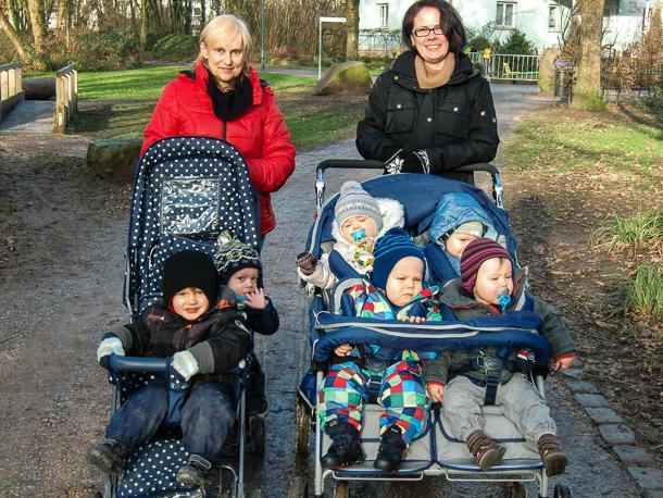 """Tagesmütter Renate Beyer und Jeannette Weber von den """"Pfiffigen Zwergen"""" mit sechs ihrer Schützlinge. Foto: """"Die pfiffiegn Zwerge"""""""