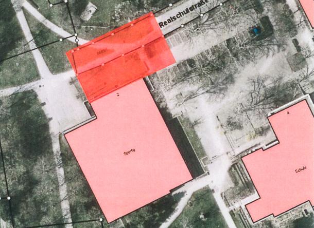 Bei einem Anbau an die Nordseite der Lobdengauhalle könnten zwar Toiletten und Umkleideräume der Lobdengauhalle mitgenutzt werden. Allerdings würde der Anbau auf die Realschulstraße und den Parkplatz hinausragen.