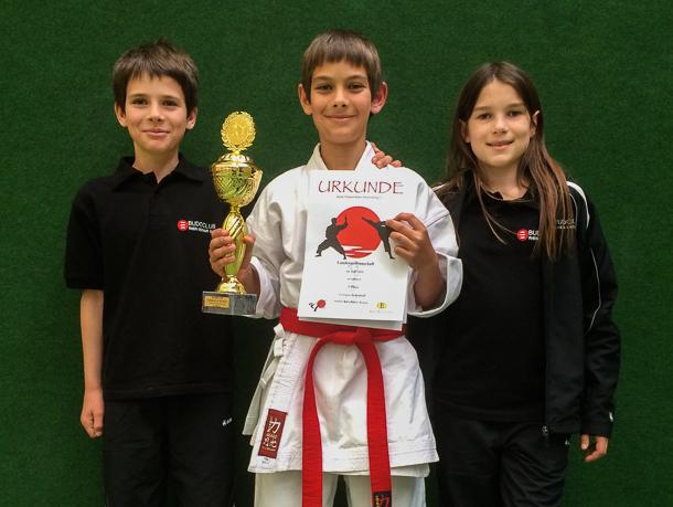 Georgios Schönhoff (mitte) holte den dritten Platz bei der Landesmeisterschaft, Theodoros Schönhoff (links) gelangte auf Platz und Helen Höft (rechts) erkämpfte einen  fünften Platz. Foto: Budoclub Rhein-Neckar