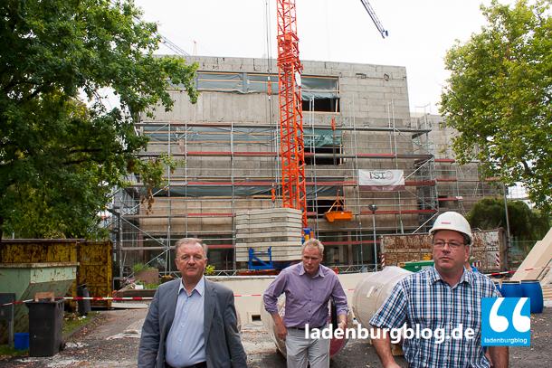 Bürgermeister Rainer Ziegler, Götz Speyerer vom Liegenschaftsamt und Planer Michael Salinger vor der Baustelle des Carl-Benz-Gymnasium.